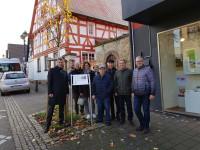 Vor dem schmucken Fachwerkhaus in der Badstraße fing der neue Rundgang an