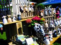 Stand mit Figuren auf dem Kunsthandwerkermarkt