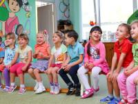Kinder sitzen zusammen im Kindergarten