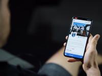 Ein Hand hält ein Smartphone mit der Stage-Webseite für die Gemeinde Bad Schönborn