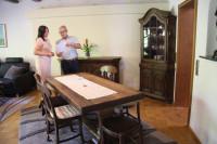 Mit Anastasia Zikol (links) von der Villa Zabler bespricht der Leiter der Tourist Information Bad Schönborn Klaus Heinzmann die Prüfkriterien für die Vergabe der Qualitätssterne für die Ferienwohnungen