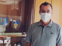 Bürgermeister Huge mit Maske rechts im Bild und Schaufenster mit Wappen uns sonstiges im Hintergrund