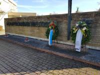 Ehrendenkmal mit Kränzen