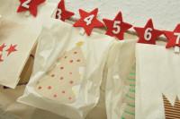 Adventskalender Zahlen mit kleinen weihnachtlich geschmückten Päckchen