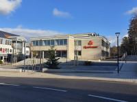 Blick auf die Neue Mitte in Langenbrücken mit der Sparkasse im Hintergrund