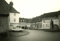 Marktplatz Mingolsheim 1974 Rathaus, Kriegerdenkmal, Telefonzelle