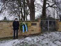 Bürgermeister Klaus Detlev Huge gedenkt der Opfer des Nationalsozialismus mit einem Kranz am jüdischen Friedhof.