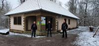 Übergabe des sanierten Daches des Waldhauses WIGwam