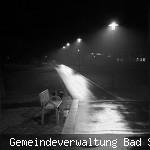 Nachts im dunkeln im Park. Zu sehen ist ein Weg und eine leere Parkbank