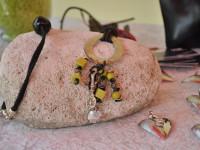 Kunsthandwerkermarkt 28-29 Juli - Handgefertigter Schmuck präsentiert auf einem Naturstein