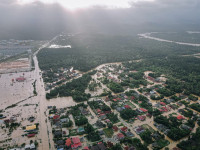 Luftaufnahme eines Ortes im Hochwasser