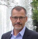 Portrait von Bürgermeister Huge, im Hintergrund ist die Wasserfontäne vom Sole-Aktiv-Park zu erkennen