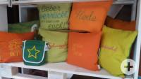 Kissen mit aufgestickten Texten im badischen Dialekt