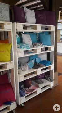 Regal mit Kissen, Handtüchern und Geschenkartikeln