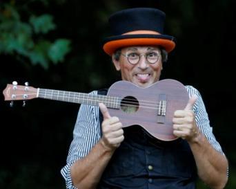 Clown Rinaldo mit kleiner Gitarre und Hut