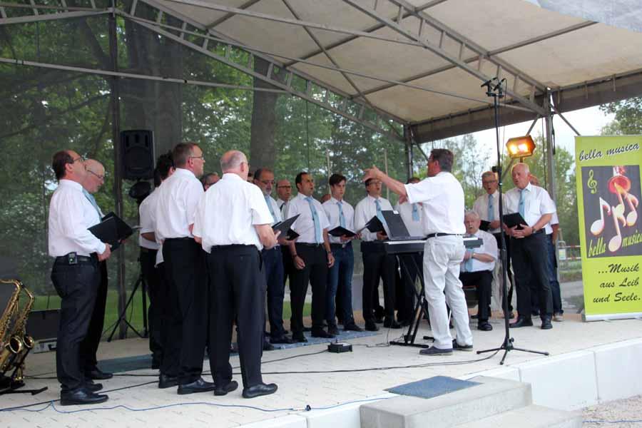 Eröffnung mit einem Liedbeitrag des Männerchors Sängerbund Mingolsheim