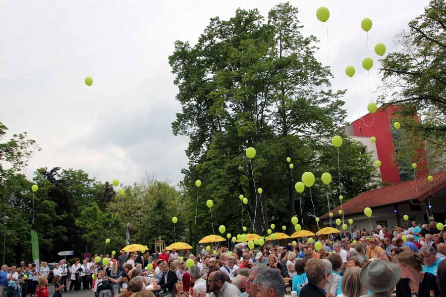 150 Luftballons steigen in den Himmel bei der Eröffnung des Sole-Aktiv-Parks Bad Schönborn