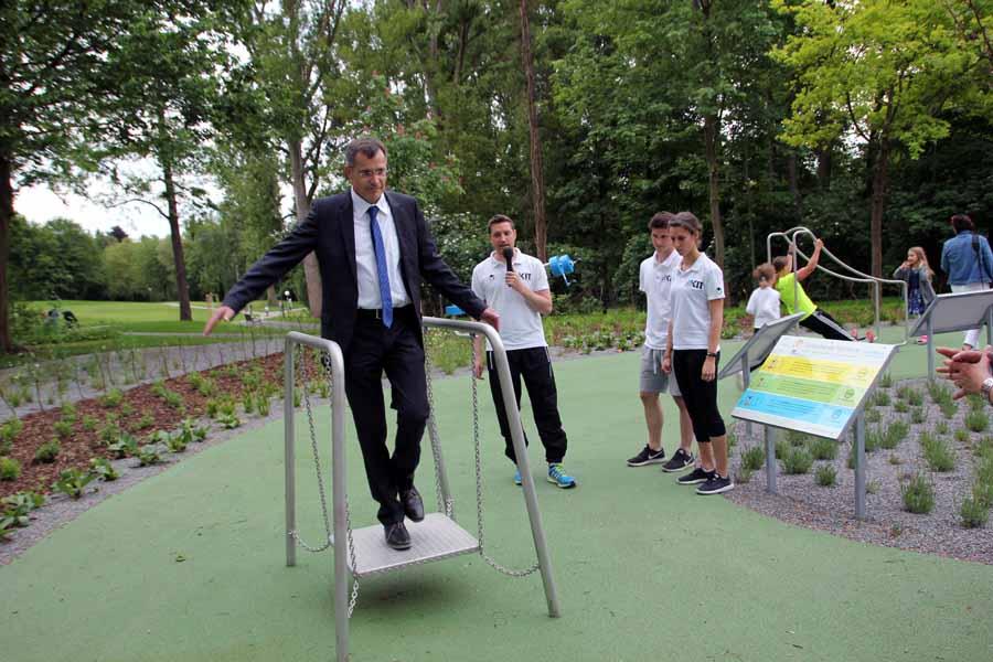 Rundgang am Bewegungsparcours des Sole-Aktiv-Parks mit Bürgermeister Klaus Detlev Huge, geführt von Vertretern des Institut für Sport und Sportwissenschaften am KIT