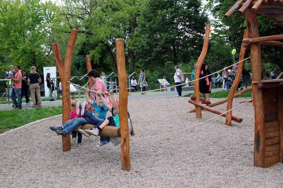 An Mehrgenerationenspielplatz des neuen Sole-Aktiv-Parks