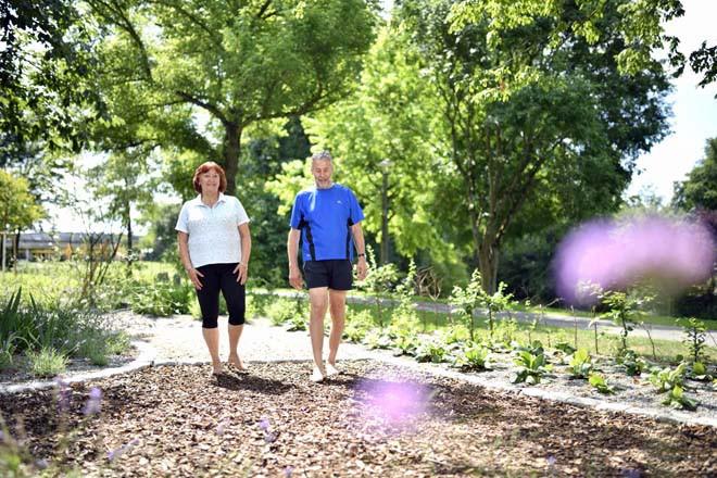 Ein Mann und eine Frau auf dem Barfuß-Pfad im Sole-Aktiv Park Bad Schönborn