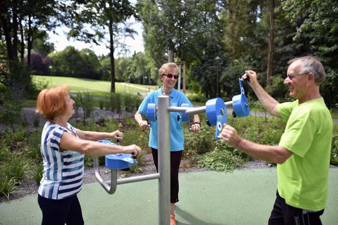 Zwei Frauen und ein Mann bei Übungen am Balance-Parcours im Sole-Aktiv Park Bad Schönborn