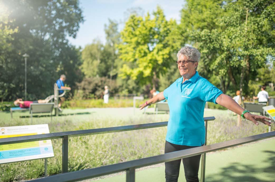 Frau beim Balancetraining im Sole-Aktiv-Park