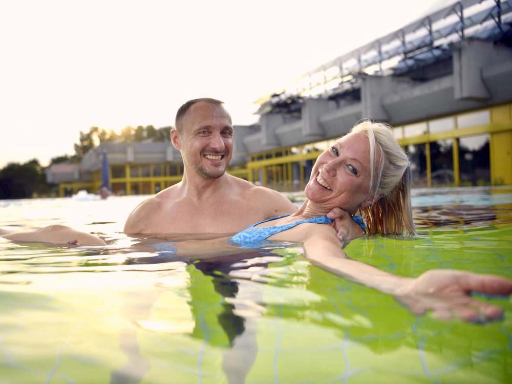 Paar im Aussenbecken des Thermarium Bad Schönborn