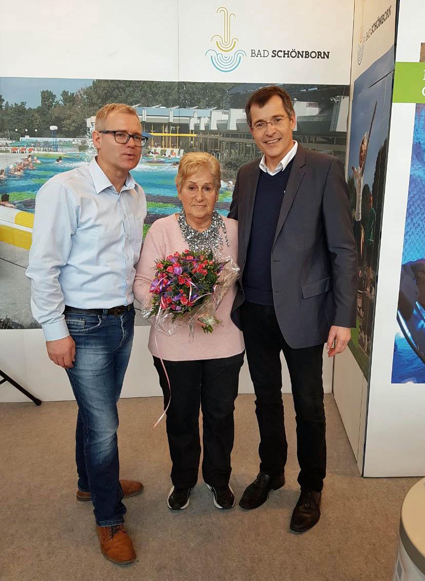 Kurdirektor Klaus Heinzmann und Bürgermeister Klaus Detlev Huge ehren Werbebotschafterin Christa Daniel für 10 Jahre Messedienst für den Kurort Bad Schönborn