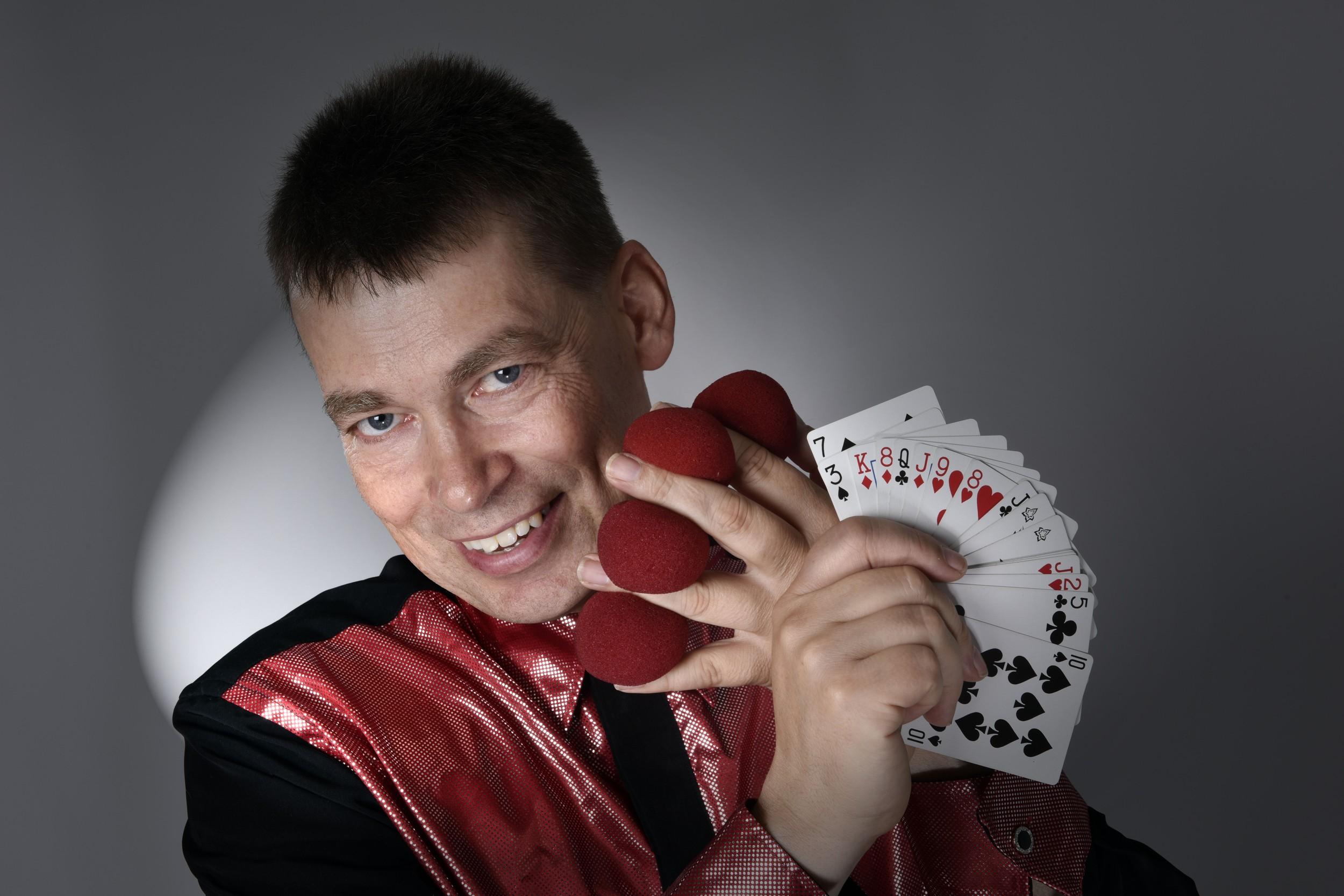 Zauberkünstler Andreas Knecht präsentiert einen Kartentrick