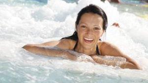 Frau genießt das sprudelnde Thermalwasser im Thermarium Bad Schönborn