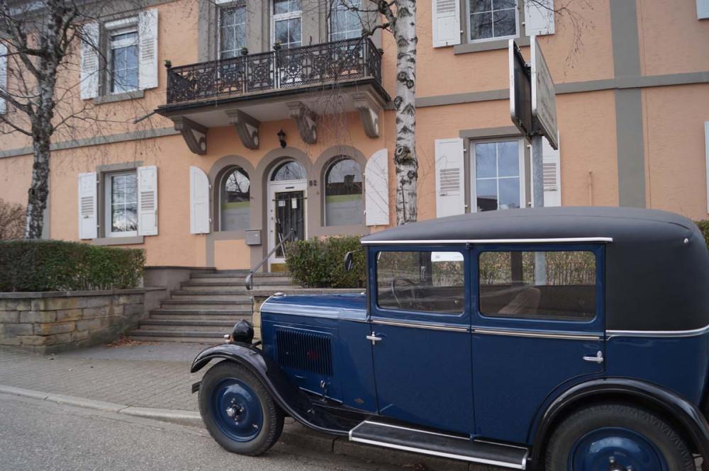 Ein Oldtimer vor dem Gebäude der ehemaligen die großherzoglichen Curapotheke in Bad Schönborn Langenbrücken