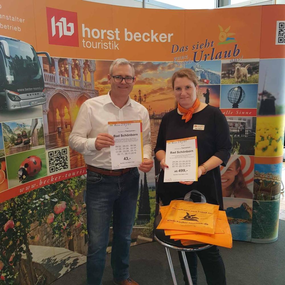 Klaus Heinzmann bei der Gewinnspiel-Aktion am Stand des Busunternehmen Horst Becker Reisen