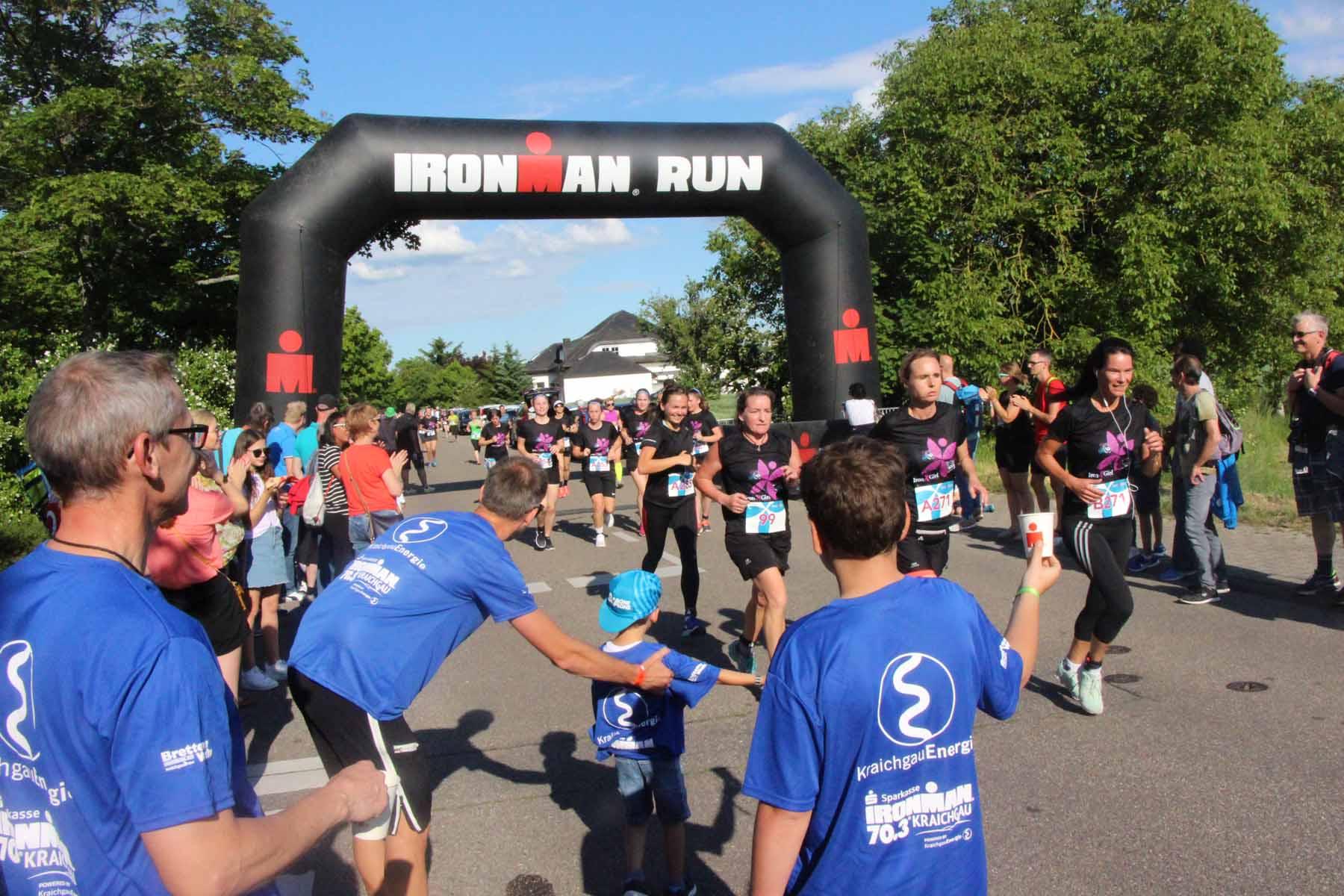 Ironman 2019: Die Pfadfinder Langenbrücken verteilen kühle Getränke