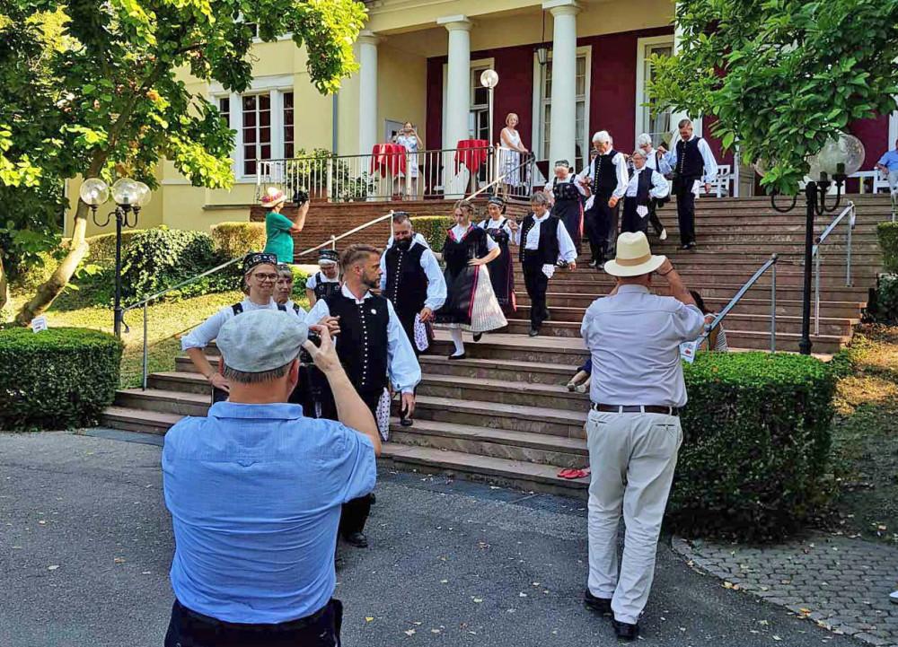 Einmarsch der Trachten-Tanzgruppe auf der Freitreppe vor dem Kursaal Sigel Langenbrücken beim SWR4 Sommererlebnis 2019