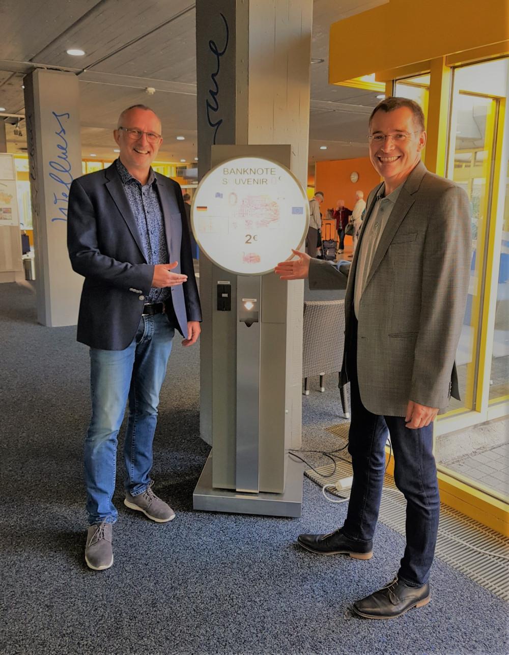 Bürgermeister Klaus Detlev Huge (rechts) und Thermarium-Geschäftsführer Markus Hoppe (links) nehmen den neuen Automaten in Betrieb
