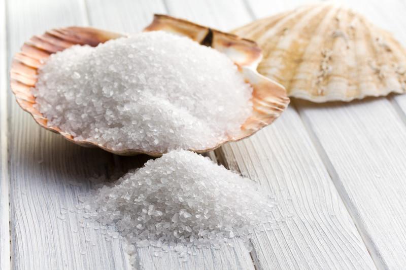 Salzkörner in einer Muschel