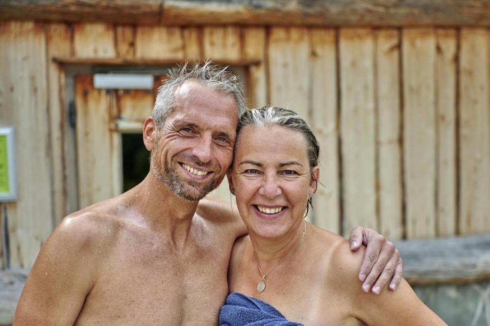 Ein Mann und eine Frau im Außengelände vor der Saune des Thermarium Bad Schönborn