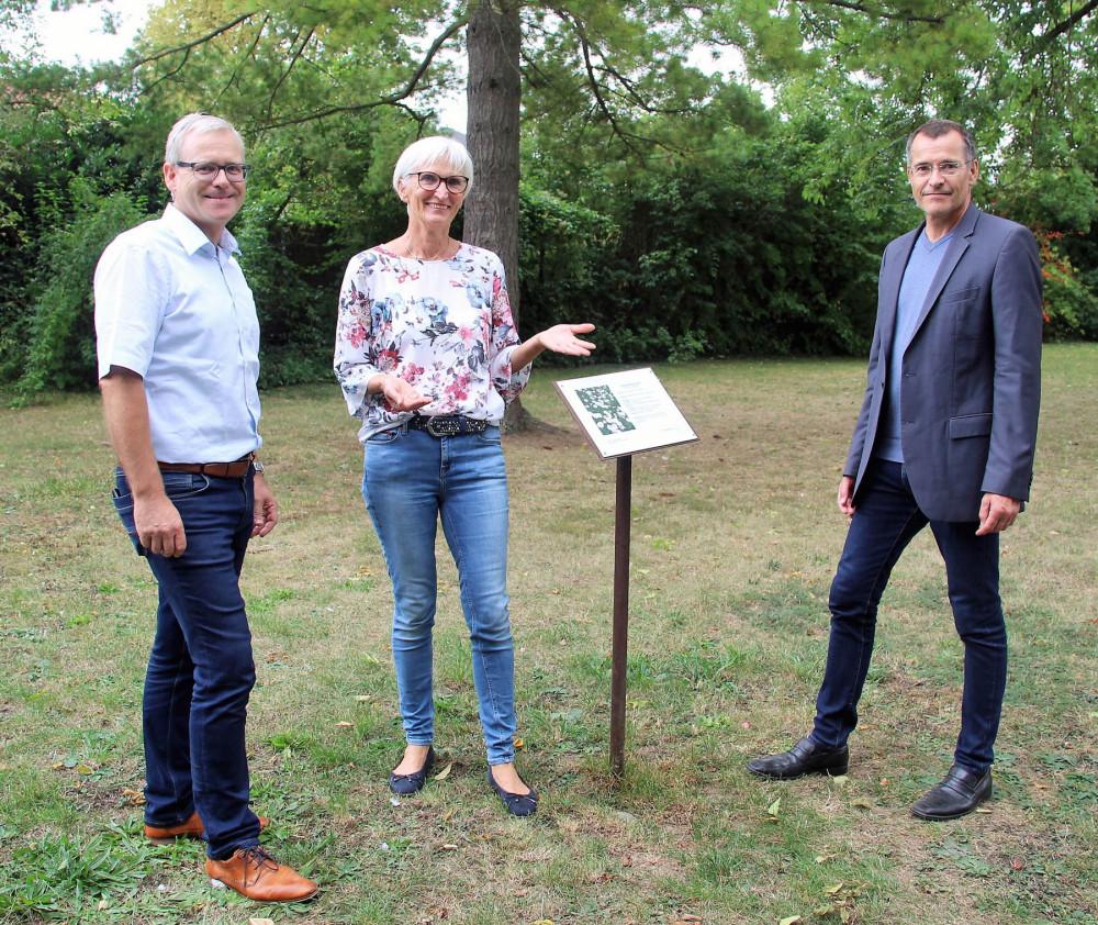 Beate Beyerle (Mitte) übergibt die von ihr erstellte Beschilderung für den Kräuterwanderweg an die Gemeinde, worüber sich Bürgermeister Klaus Detlev Huge (rechts) und der Leiter der Tourist Information, Klaus Heinzmann (links) freuen.