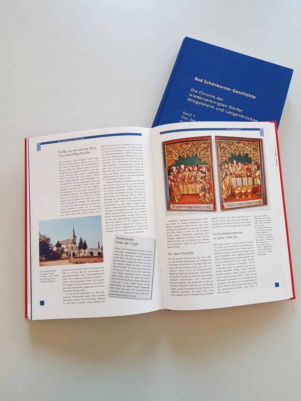 Die beiden Bände der Ortschroniken Bad Schönborn, das obere Buch ist aufgeschlagen