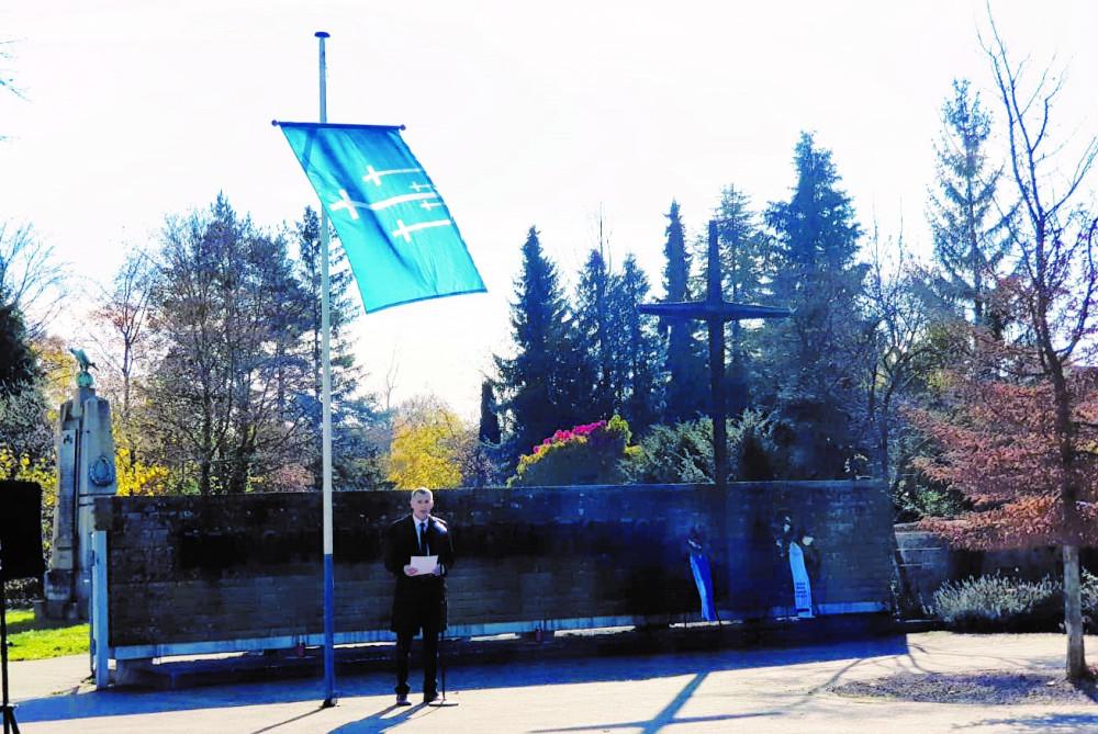 Bürgermeister Huge wie er vor dem Friedhof eine Rede hält am Volkstrauertag.