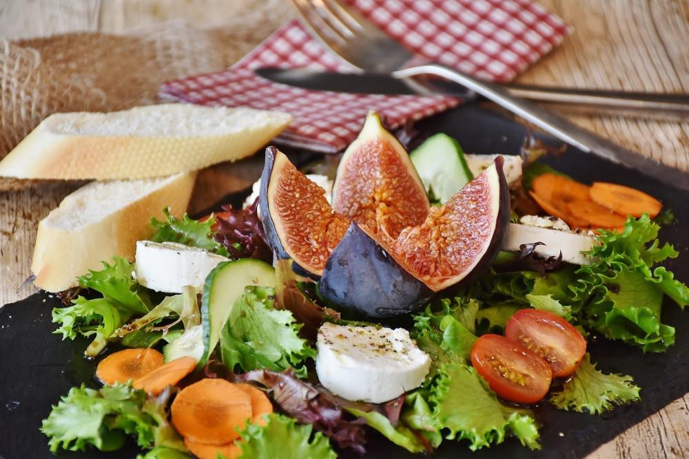 Bunter Salat mit Feigen, Käse und Brot