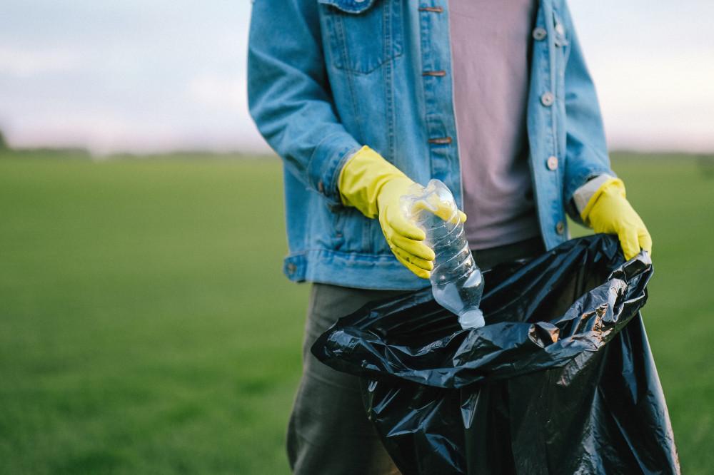 Mülleinsammeln auf freiem Feld