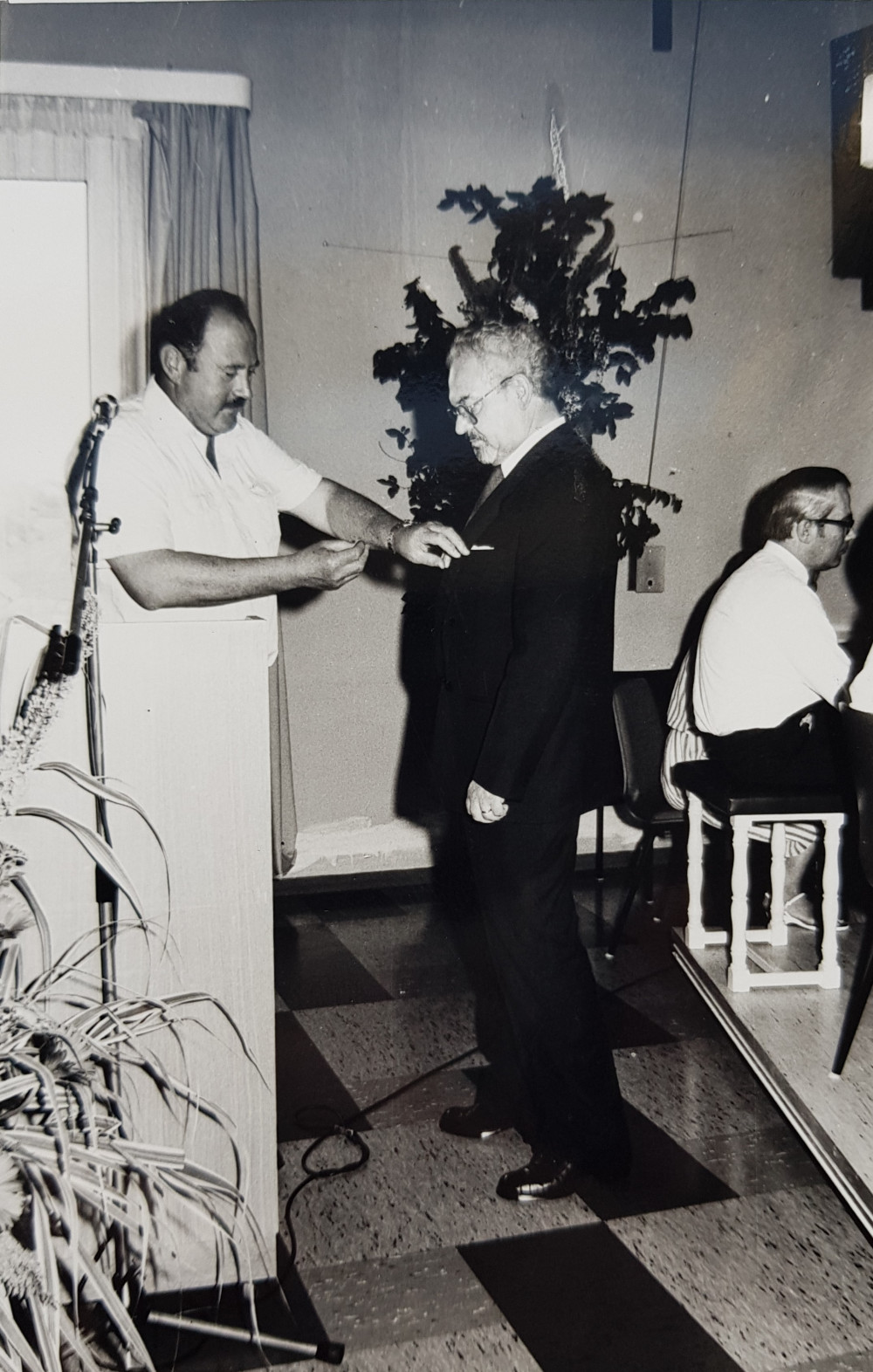 Dr. Ludwig handrich bekommt den Verdienstorden der Bundesrepublik Deutschlands