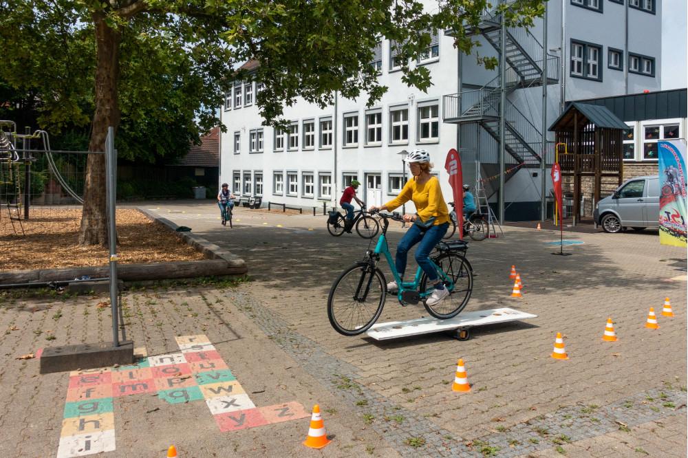 EBike Training Frau Wippe Fahrrad